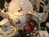 Bordeauxroter Hirsch weihnachtlich dekoriert